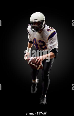 American football Sportler Player auf schwarzem Hintergrund. Sport Konzept. - Stockfoto