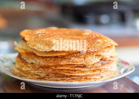 Ein Stapel von knusprigen rosy Pfannkuchen auf einer Platte