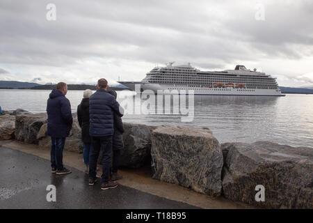 """Molde, Norwegen. 24. März 2019. Kreuzfahrtschiff """"Viking Sky' kommt Molde Hafen 24 Stunden nach verlieren die gesamte Motorleistung und das Abdriften in einem Sturm für mehrere Stunden vor der norwegischen Küste. Tore Sætre/Alamy Leben Nachrichten. - Stockfoto"""
