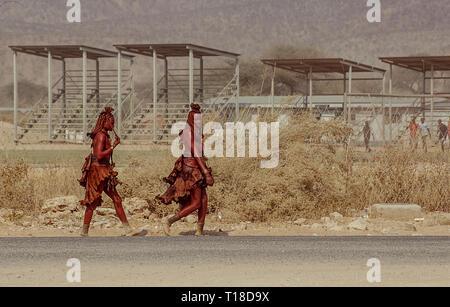 Zwei junge Frauen Himba in Opuwo in Namibia - Stockfoto