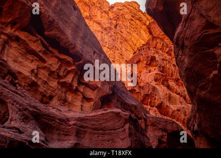 Red Rocks, die in der Höhle des Wadi Rum Wüste, Jordanien - Stockfoto