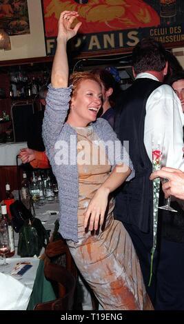 """CANNES, Frankreich - Mai 24, 1998: Schauspielerin Toni Colette bei Party ihr Film zu feiern, """"Velvet Goldmine"""", gewann den Spezialpreis der Jury beim Filmfestival in Cannes. - Stockfoto"""