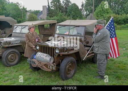 Ein Willys MB Jeep Teil des D-Day 70-Jähriges Jubiläum Veranstaltungen, Re-enactors und Fahrzeug zeigt in Sainte-Mère-Église, Normandie, Frankreich im Juni 2014. - Stockfoto