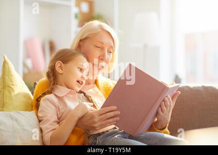 Oma lesen Geschichten - Stockfoto