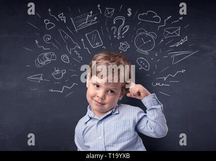 Smart kleines Kind vor einem erstellt Blackboard flüchtig - Stockfoto