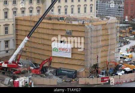 """Berlin, Deutschland. 25 Mär, 2019. Die Humboldt-box"""", die als eine temporäre Struktur errichtet wurde, wird derzeit abgebaut. Credit: Paul Zinken/dpa/Alamy leben Nachrichten - Stockfoto"""