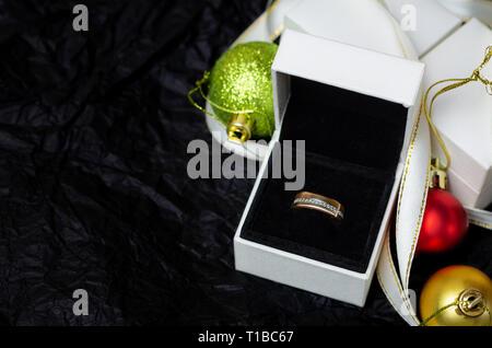 Golden Ring mit dimonds in weißer Geschenkbox auf Holz- Hintergrund. - Stockfoto
