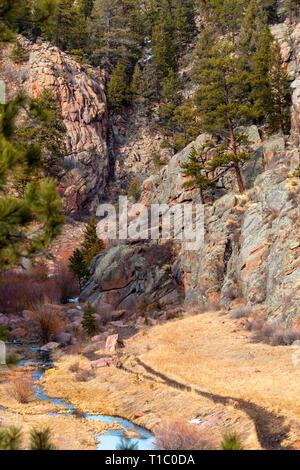 Guffy Cove Trail in den Colorado Frühling, lange bevor die Schwimmer wird angezeigt. - Stockfoto