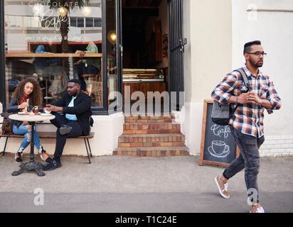 Freunde in Kaffee und Kuchen zusammen an einem straßencafe - Stockfoto