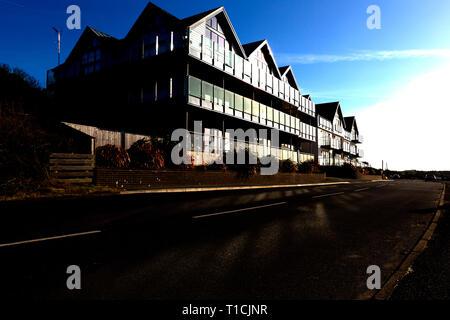 Moderne, Meer, Haus, Entwicklung, Glas, Balkone, Balkon, Sonne, reflektierte, Energie, sparen, Windows. Glas, Solar, Strom, Panels, Knurrhahn, Isle of Wight, Großbritannien - Stockfoto