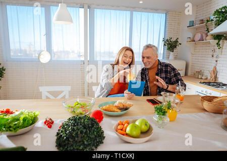 Strahlendes Paar viel Spaß beim Frühstück - Stockfoto