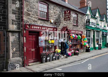 Conwy Geschenk Shop in der Castle Street innerhalb der alten Stadtmauern von Conwy, North Wales - Stockfoto