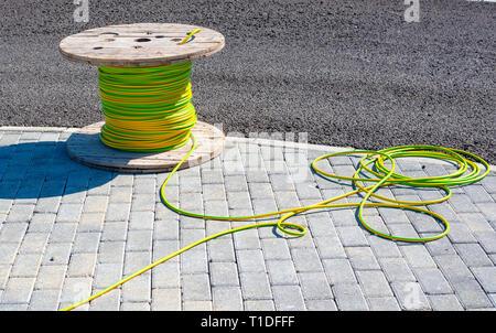 Kabel elektrische Kabel mit Holz- Spule der elektrischen Kabel warten in den Conduit gerutscht zu sein - Stockfoto