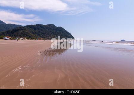Guarau, Peruibe, SP/Brasilien - 02/10/2019: Touristen an einem sonnigen Sonntag morgen in Guarau Strand. - Stockfoto