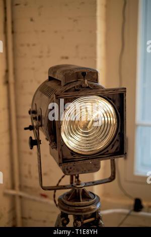 Alten Film Projektor mit einer Linse und einem heißen Lampe. Auf einem Stativ. - Stockfoto