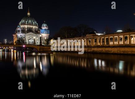 Berlin, Deutschland. 25 Mär, 2019. Der Berliner Dom (l) und die Palisaden auf der Museumsinsel am Abend beleuchtet werden. Credit: Paul Zinken/dpa/Alamy leben Nachrichten - Stockfoto