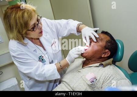Miami Florida Liberty City Jessie Trice Community Health Center Mundgesundheit fair Carefree Prüfung freiwillig Zahnarztpraxis Hispanic - Stockfoto