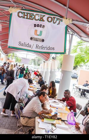 Miami Florida Liberty City Jessie Trice Community Health Center Messe Carefree freiwillige Prüfung schwarzer Mann Frau Schreibtische Check-out re - Stockfoto