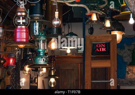 Retro Licht Lampen mit Edison die Glühbirne auf eine grunge Hintergrund, Flohmarkt - Stockfoto