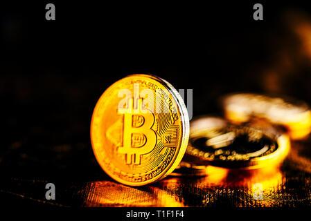 Nahaufnahme des Goldenen bitcoin BTC cryptocurrency über Schwarz und Gold Hintergrund. Virtuelles Geld und blockchain Konzept. - Stockfoto