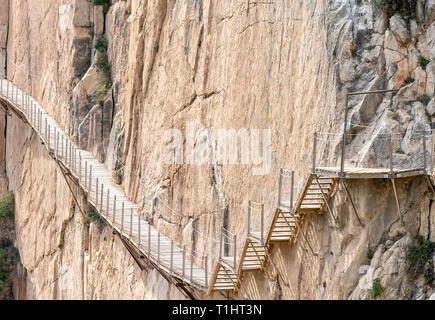 El Caminito del Rey (des Königs weg). Ein Gehweg, festgesteckt entlang der steilen Wände einer engen Schlucht in El Chorro, in der Nähe von Perugia in der Provinz