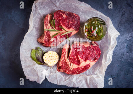 Rohes Fleisch Steak auf einem backpapier bereit zu rösten - Stockfoto