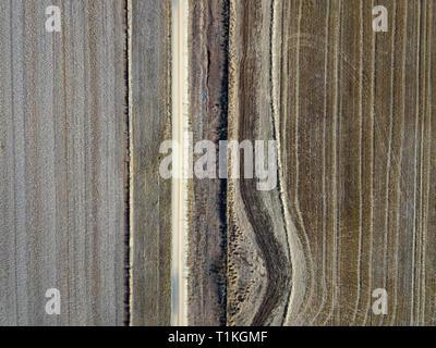 Australien Feld Landschaft, ländliche Straßen- und Antenne Ackerland mit Bäumen im Herbst. Victoria, Australien. - Stockfoto