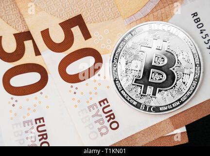 Silber bitcoin Münze cryptocurrency liegen auf den Euro-banknoten. - Stockfoto