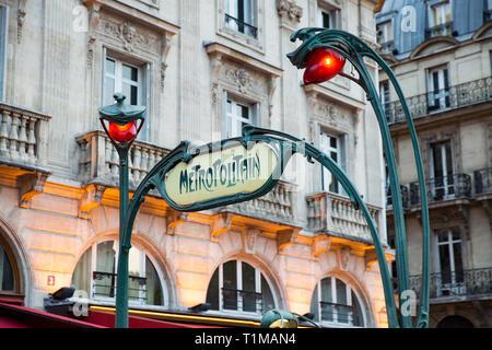 Paris, Frankreich, 22. Juli 2017: Grüne Straßen von Paris im Sommer Tag. Autos auf den Straßen, Menschen zu Fuß, schöne Architektur, Cafes und Geschäften. - Stockfoto