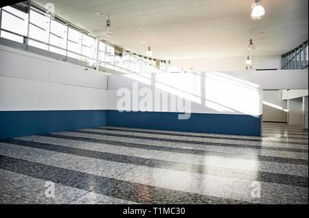 Helle saubere Inneneinrichtung. Licht leeren Halle mit Windows - Stockfoto