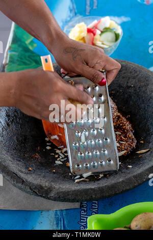 Eine indigene Frau aus seram Vorbereitung einer würzigen, Obstsalat, Molukken, Indonesien - Stockfoto