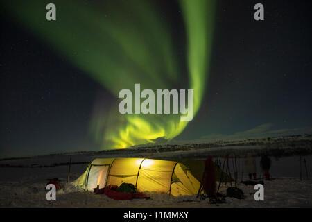 Aurora borealis über einen Winter Skitouren Zelt. Finnmarksvidda Plateau. Finnmark, Das arktische Norwegen. Stockfoto