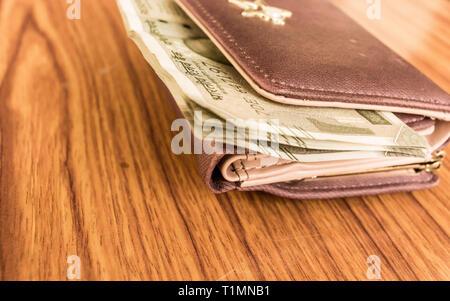 Indische fünfhundert (500) Rupie Geldschein in brauner Farbe Brieftasche Leder Geldbörse auf einem Holztisch. Wirtschaft Finanzen Wirtschaft Konzept. Seite Engel Anzeigen wit - Stockfoto