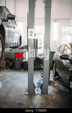 Auto Reparatur auf der Hebebühne in der Garage, niemand - Stockfoto