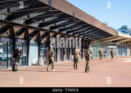 Lyon, Frankreich - 16. März 2019: Französische Soldaten in vollem Gang, bewaffnet mit Gewehren, auf Patrouille in Lyon Saint Exupery Flughafen. Sicherheit und Pre - Stockfoto