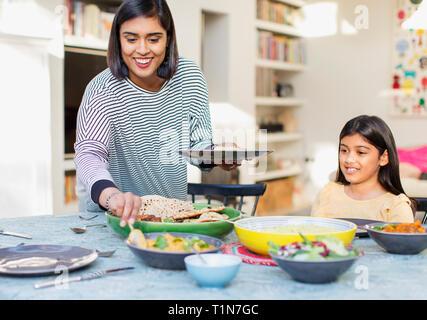 Abendessen serviert Mutter Familie am Esstisch - Stockfoto