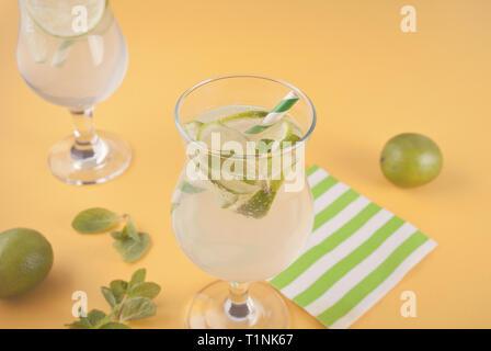 Limonade oder Mojito Cocktail mit Zitrone und Minze, kalten Drink oder Getränke mit Eis. - Stockfoto