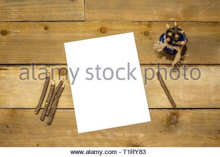 Rohstoff Holz Bleistifte in einem blauen Glas mit Sackleinen, Riegel und weißes Papier für Ihre Nachricht auf einem urigen distressed Holz- Hintergrund farbig - Stockfoto