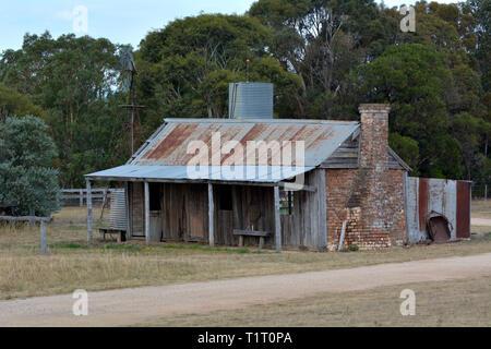 Eine alte verlassene australischen Farm House im Outback von Canberra, Australien. - Stockfoto