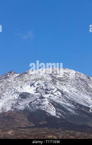 Schneebedeckten Pico Viejo, alten Gipfel des Teide in der Las Canadas del Teide National Park, Teneriffa, Kanarische Inseln, Spanien - Stockfoto