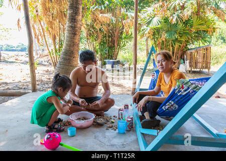 Familie essen frisch Wellhornschnecken, Meeresfrüchte, außerhalb ihrer Heimat bei Bai Vung Verbot Strand gefangen, der Insel Phu Quoc, Vietnam, Asien - Stockfoto