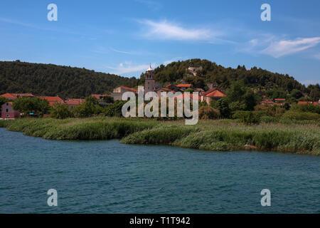 Skradin, vom Fluss Krka, Šibenik-Knin, Kroatien gesehen - Stockfoto