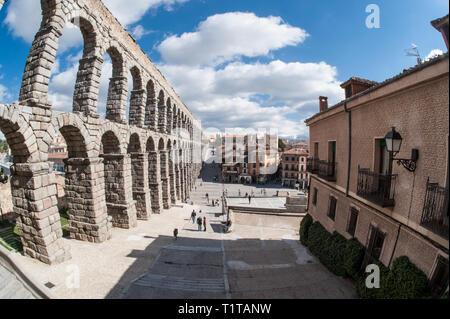 Das Aquädukt von Segovia, eine der am besten erhaltenen erhöhten römischen Aquädukte in der Welt. - Stockfoto