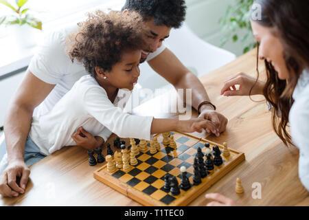 Happy Family Schach spielen zusammen - Stockfoto