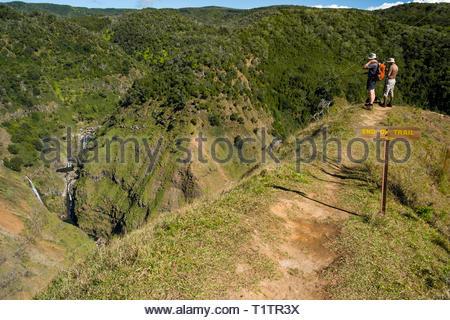 Zwei Männer stehen am Ende der schmalen Ridge Wanderweg mit Blick auf die Wasserfälle auf der Waiakoali und die Kauaikinana Streams, Kokeâ € 'e State Park, Kauai, - Stockfoto