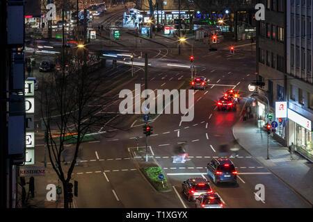 Auf der Kreuzung Worringer Platz in der Innenstadt in der Nähe des Hauptbahnhof. Rush-hour in den Abend. - Stockfoto