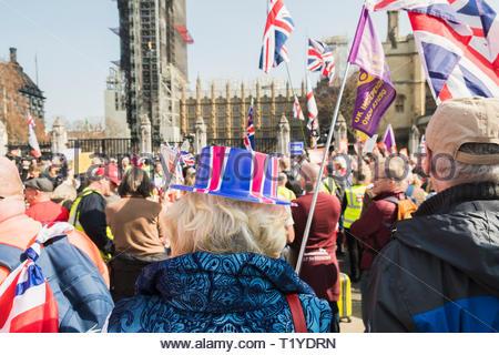 Central London, UK. 29 Mär, 2019. Demonstranten treffen am Parliament Square als Brexit Tag ankommt, wie die britische Regierung will ihr Angebot zu bekommen - Stockfoto