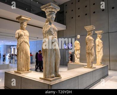 Die ursprüngliche Karyatiden vom Tempel des Erechtheion auf der Akropolis jetzt in das neue Akropolis Museum, vom Architekten Bernard T ausgelegt angezeigt - Stockfoto