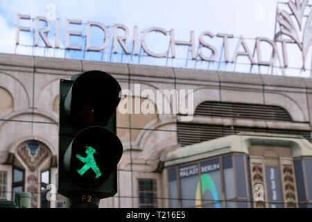 Grüne Ampel Mann vor der Beschriftung der Friedrichstadt Palast in Berlin Mitte. - Stockfoto