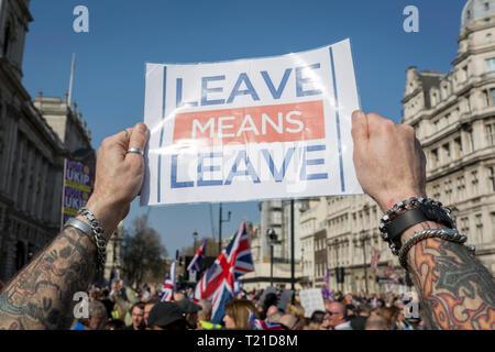 London, Großbritannien. 29 Mär, 2019. An dem Tag, an dem das Vereinigte Königreich war ursprünglich die EU Premierminister Theresa kann auch zu verlassen erlitt ihren dritten Abstimmung Niederlage (für die EU Rückzug Abkommen), die Kein Deal Brexit immer näher, und Brexiteers Protest außerhalb des Parlaments in Westminster, London, England verlassen. Foto von Richard Baker/Alamy Leben Nachrichten. - Stockfoto
